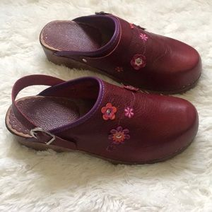 NWOT Hanna Andersson red clogs with flowers